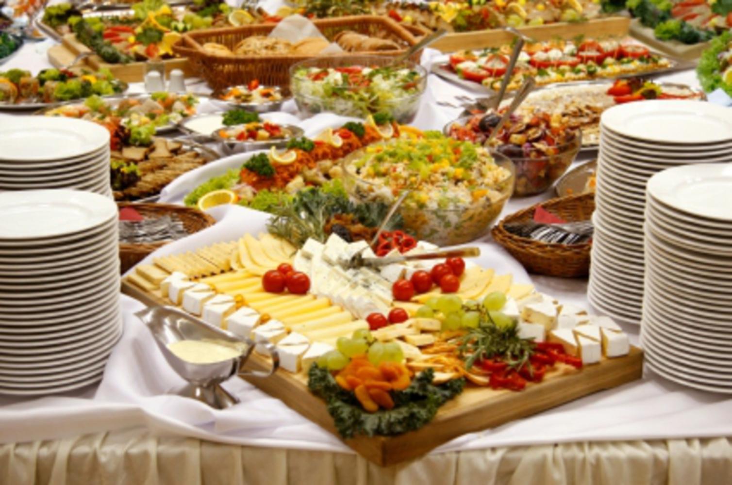 Buffet table   plates.thumb